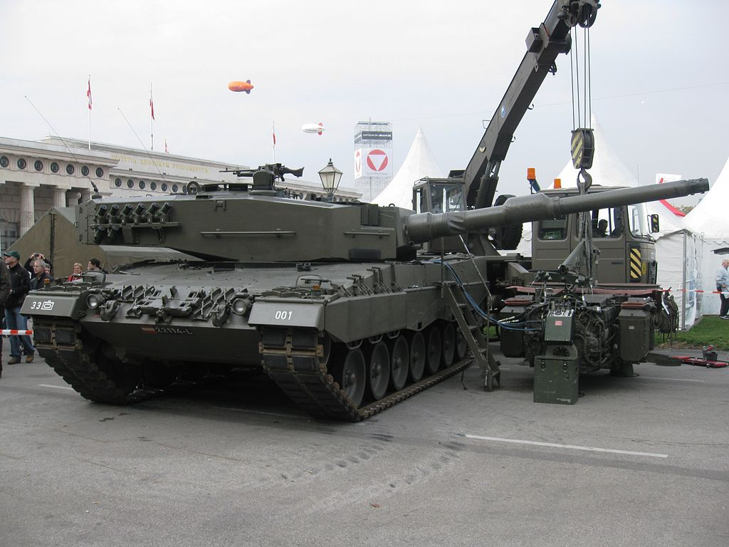 Leopard 2A4 of the Bundesheer, with its powerplant on display